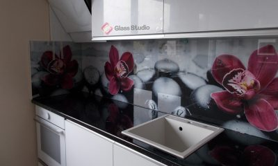 принт бяла кухня орхидеи
