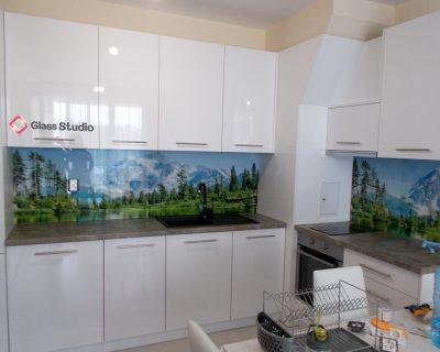 бяла кухня стъкло