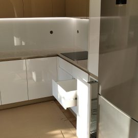 бяла кухня мдф